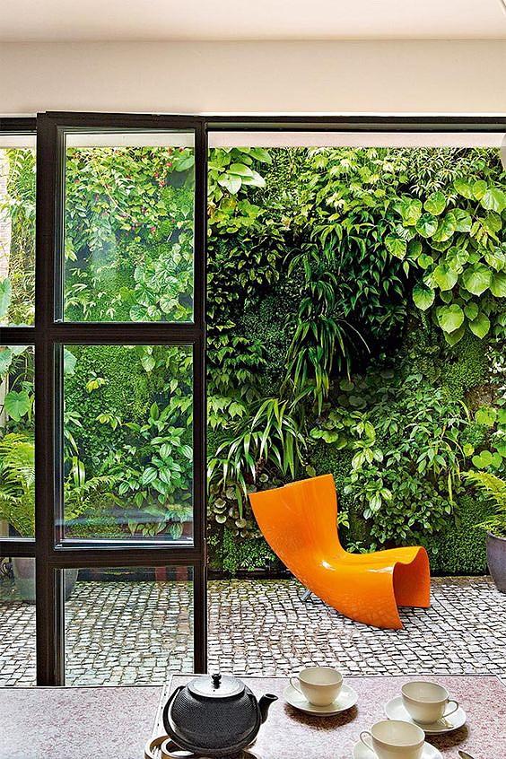 Вертикальное озеленение стен в квартире или на даче не занимает много места. Оно максимально эргономично и позволяет создать выгодный дизайн вне зависимости от возможностей конкретного пространства
